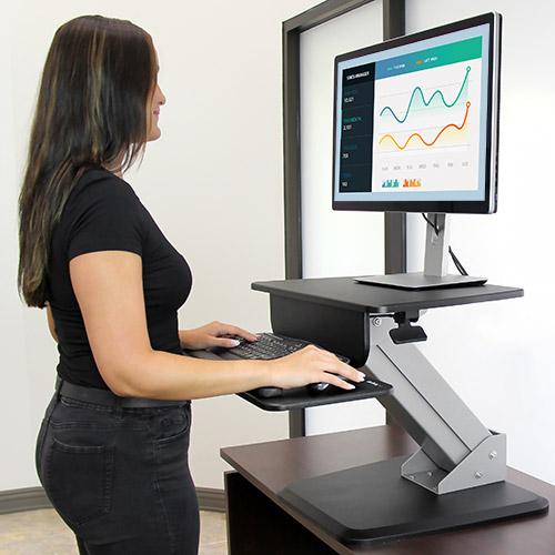 La plataforma de trabajo de pie o sentado le permite cambiar de posición en tan solo unos segundos, gracias al ajuste de la altura mediante un toque