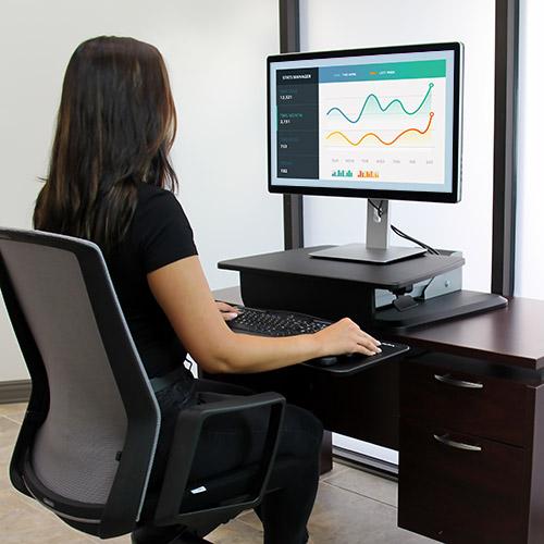 Solo tiene que colocar la plataforma de trabajo en su escritorio para crear, con un precio asequible, un espacio ergonómico de trabajo