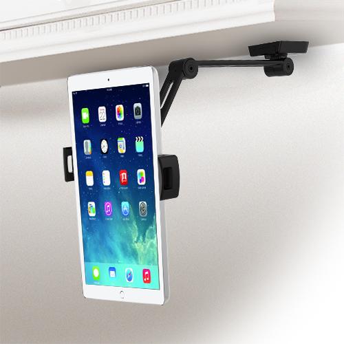 El soporte para tablet instalado bajo un armario