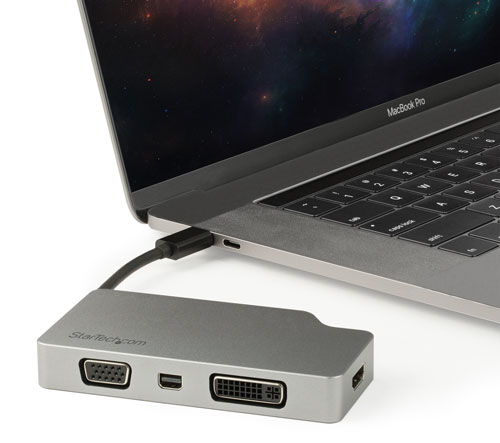 De multiport adapter aangesloten op een MacBook
