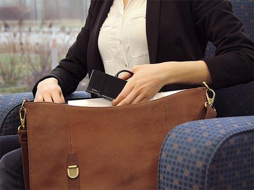Imagen que muestra el adaptador multipuerto cómodamente dentro de una bolsa de ordenador portátil, lo cual facilita la portabilidad