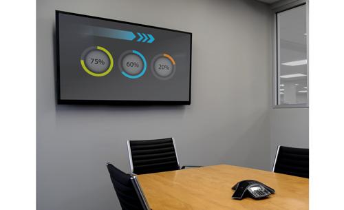 Televisor grande de pantalla plana instalado en la pared de una sala de juntas, mediante el soporte FLATPNLWALL de TV