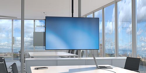 El soporte de TV para techo, modelo FPCEILPTBSP, con un monitor en una sala de juntas