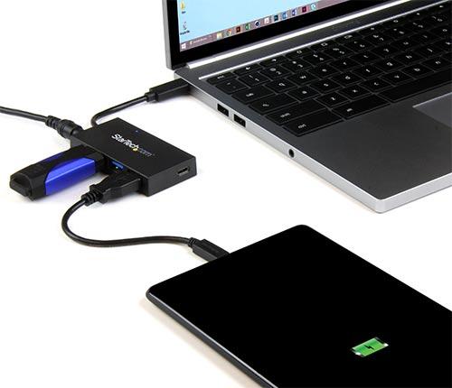 Hub del tamaño de la palma de la mano conectandose a un Chromebook utilizando un conector USB-C