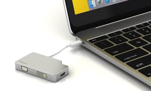 Foto van een adapter aangesloten op een MacBook Pro