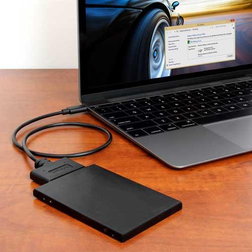 Alimentado por USB para una portabilidad fácil, este adaptador con estilo de cable se conecta al puerto USB-C de su portátil, permitiéndole acceder a ficheros en una unidad de DD o SSd de 2,5 pulgadas.