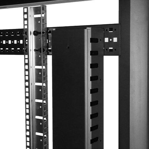 La foto mostra il pannello di gestione cavi installato in un rack utilizzando la modalità con guida di montaggio orizzontale