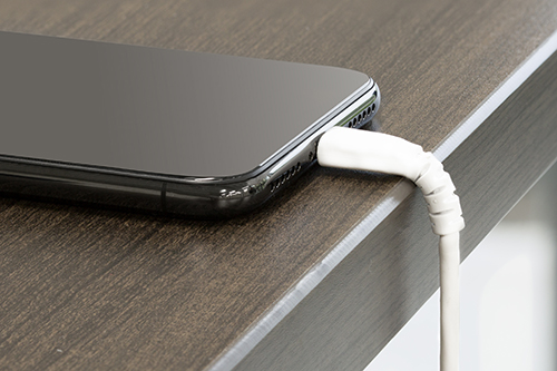 Câble USB vers Lightning chargeant un iPhone