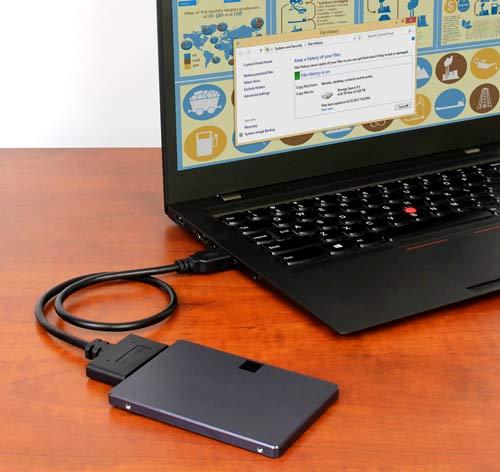 """Este adaptador estilo cable (USB312SAT3CB) conecta su computador de escritorio o notebook directamente con una unidad DD o SSD de 2,5"""" para un rápido acceso a través de USB 3.1 Gen 2"""